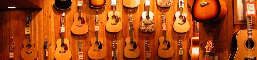 1280px-Guitar_shop